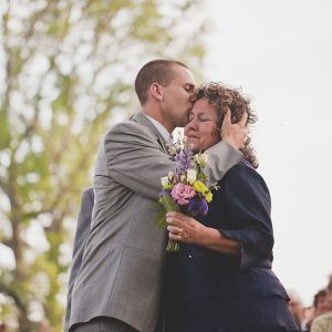 noivo e mãe entrada noivo